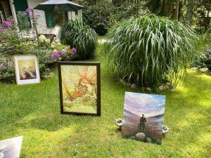Foto von den Kunstwerken im Garten von Sara Heinrich bei der Heidekultour 2021